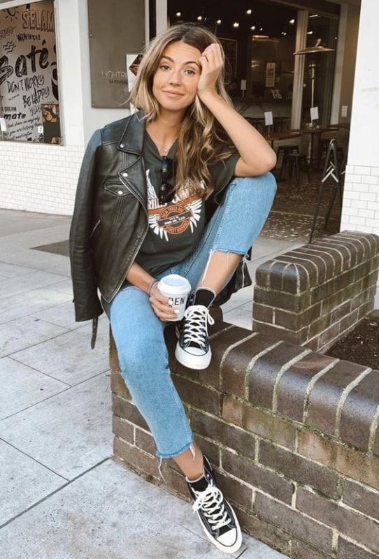 Jaqueta feminina preta de couro com jeans e all star