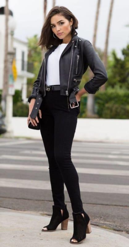 Jaqueta feminina preta de couro e camisa branca