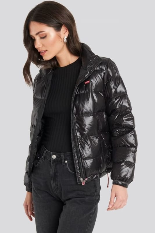 Jaqueta feminina preta de nylon e calça jeans preta