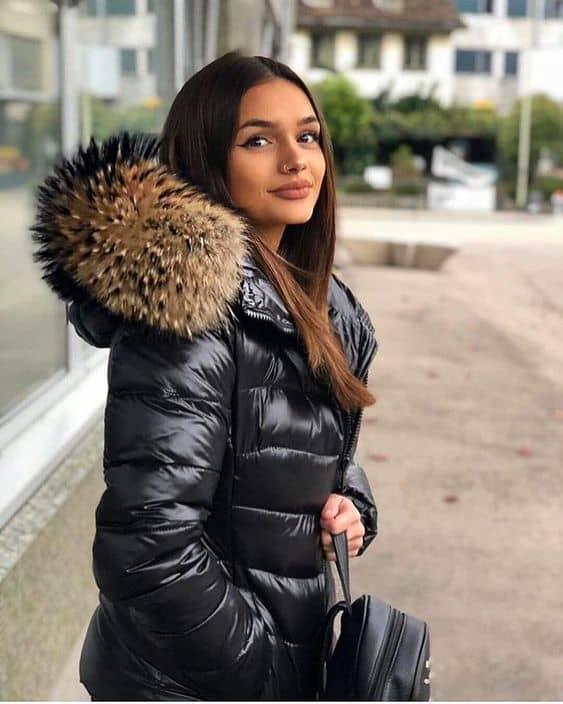 Jaqueta preta feminina de nylon e touca de pelinhos