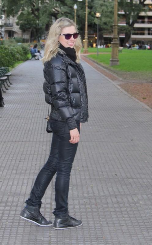 Jaqueta feminina preta de nylon no estilo all black
