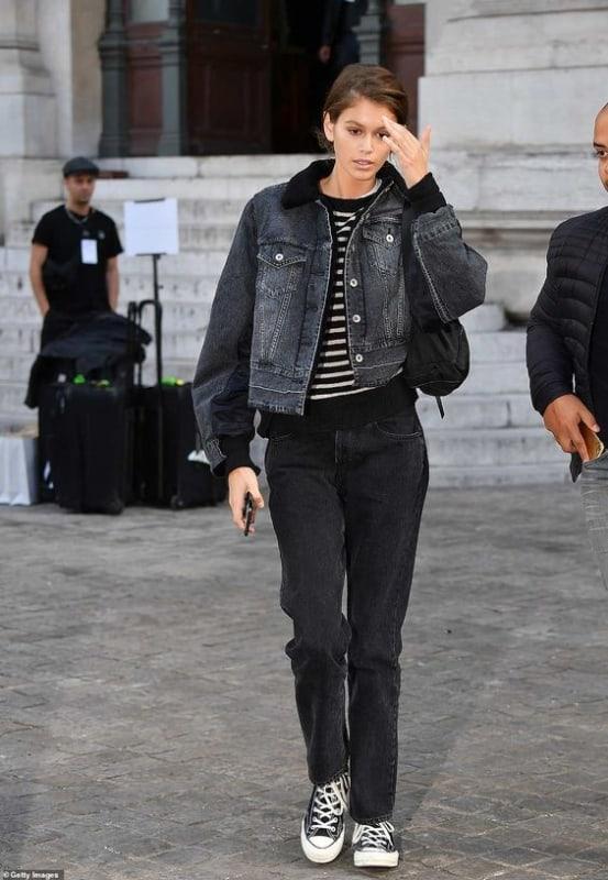 Jaqueta feminina preta jeans com camisa listrada