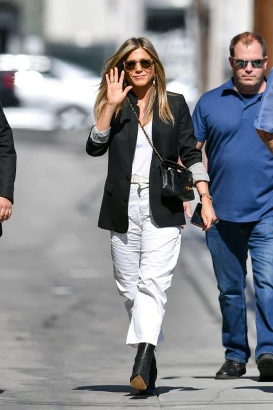 Jennifer Aniston com calça cargo branca