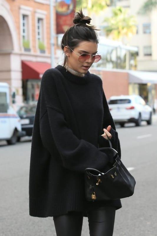 Kendall Jenner com maxi suéter preto