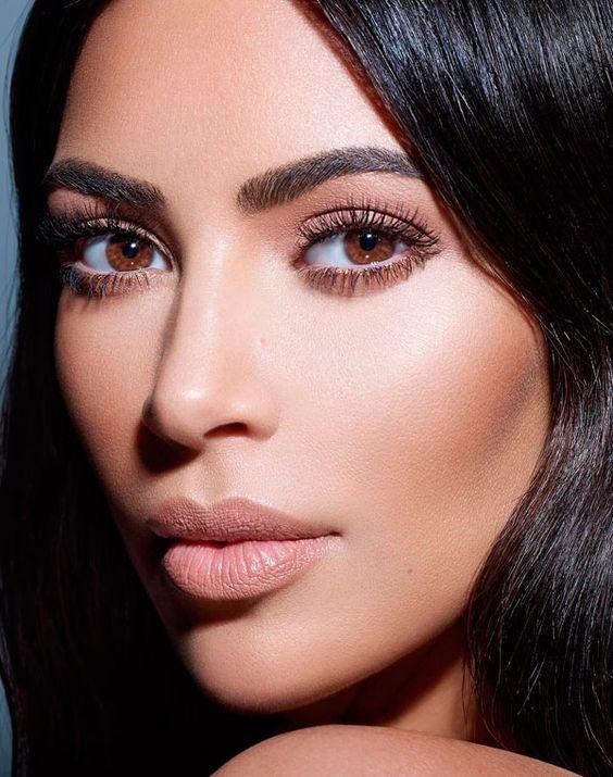 Kim Kardashian com batom nude matte