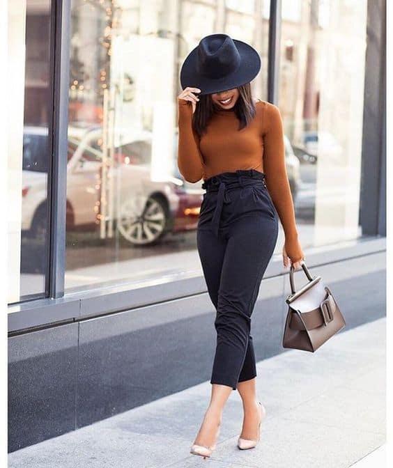 Look com calça preta e blusa com manga comprida nude