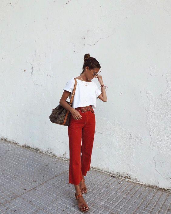 Look com calça vermelha e cropped branco