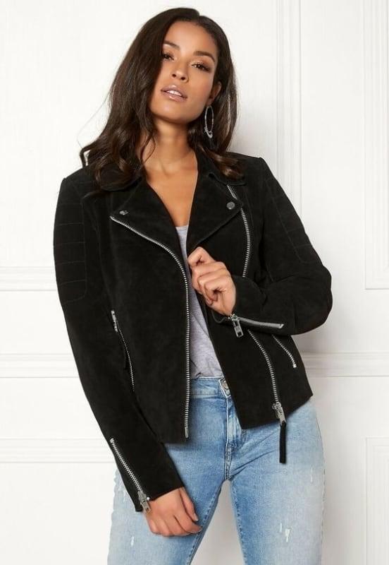 Look com jaqueta feminina preta suede e calça jeans