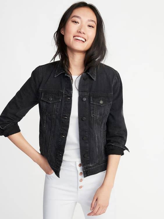 Look com jaqueta preta feminina e blusa e calça brancas