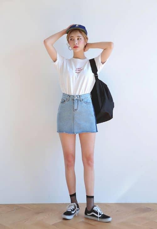 Look com saia jeans e meia arrastão curta preta