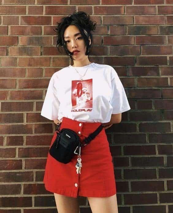 Look com saia vermelha e shoulder bag