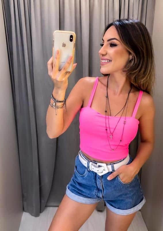 Look com short cintura alta e cropped rosa neon