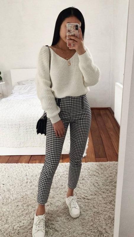 Look com suéter branco e calça xadrez
