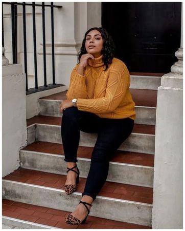 Look plus size com suéter amarelo mostarda