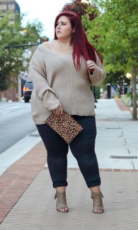 Look plus size com suéter bege
