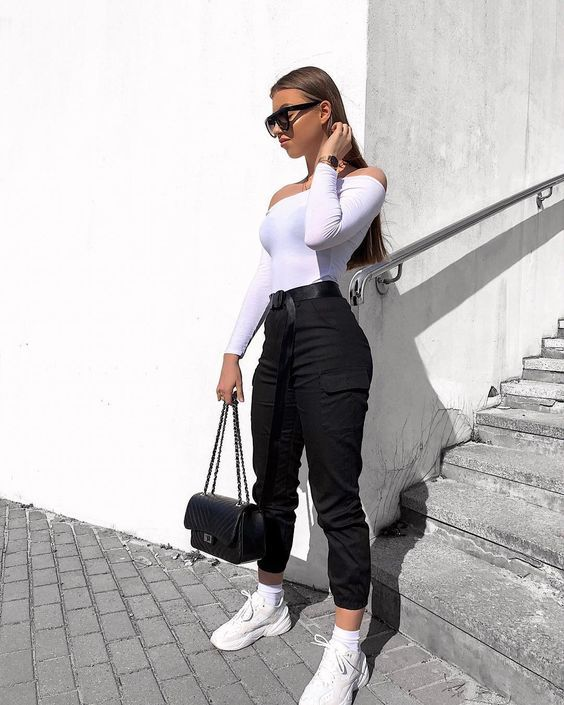 Look preto e branco com calça cargo preta
