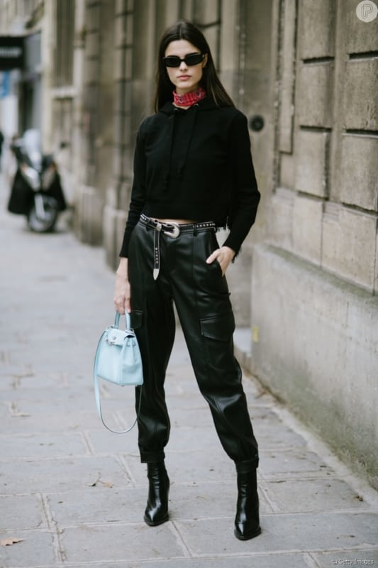Look todo preto com calça de couro cargo
