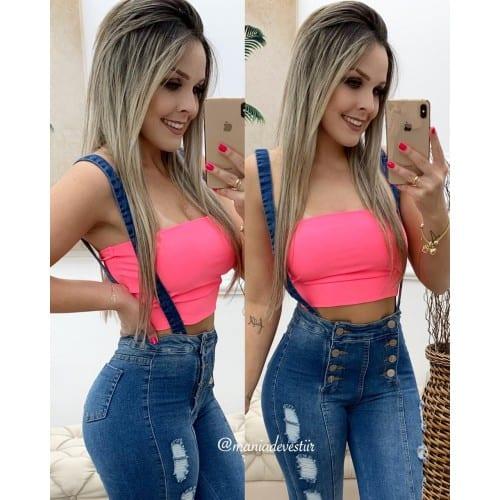 Macacão jeans e top cropped neon rosa