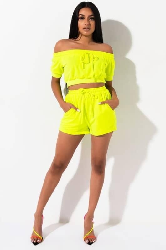 Mais um modelito de conjunto amarelo neon