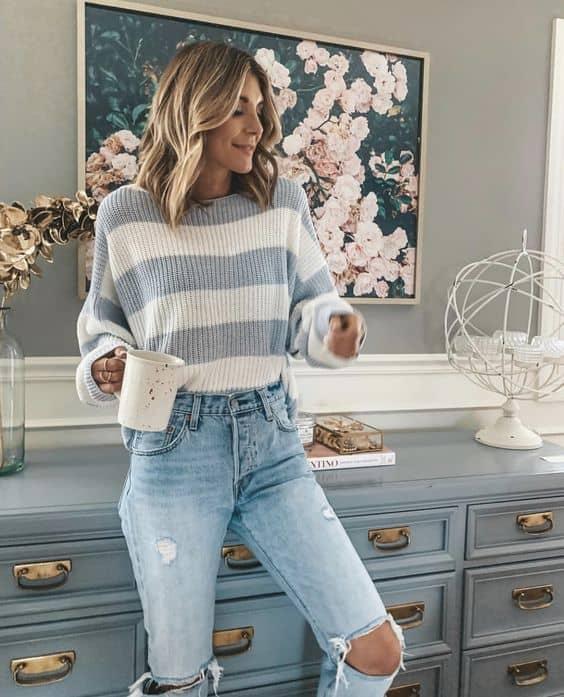 Modelo de suéter feminino com listras