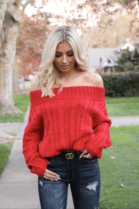 Modelo de suéter ombro a ombro vermelo