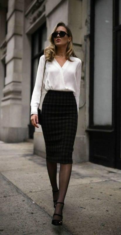 Mulher vestido com saia e camisa clássicas