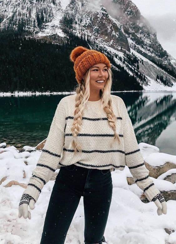 Outfit de inverno com gorro e suéter listrado