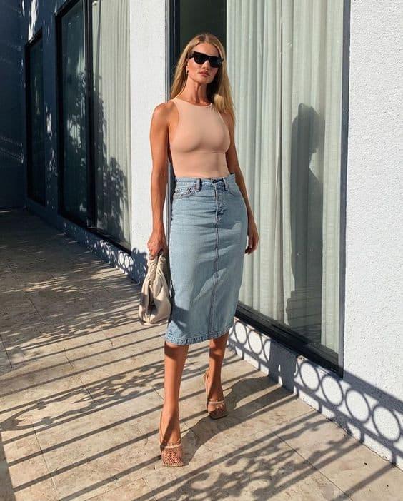 Saia jeans midi com blusa nude