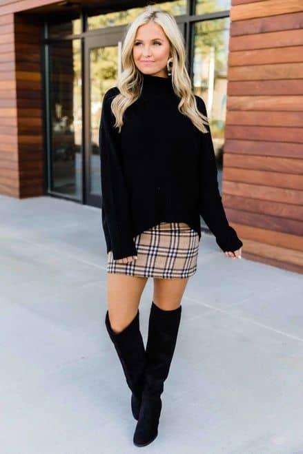 Saia xadrez com suéter preto gola rulê