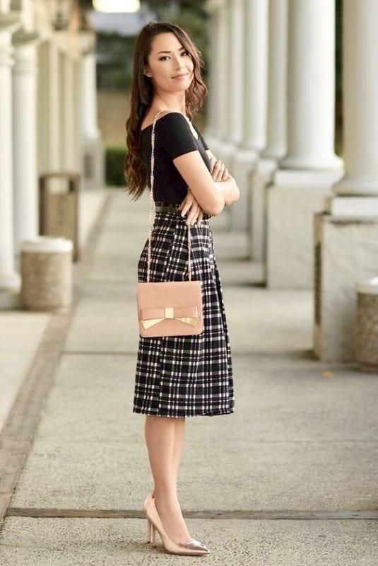 Saia xadrez combinada com blusa preta