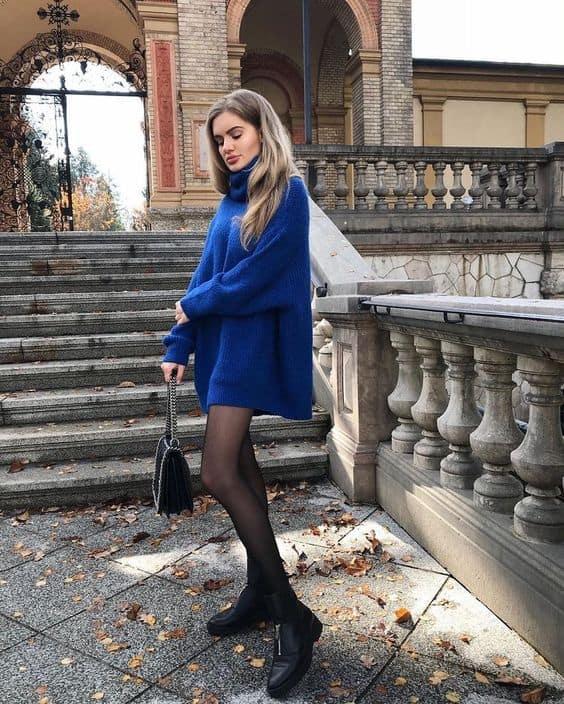 Suéter azul de gola alta usado com meia calça