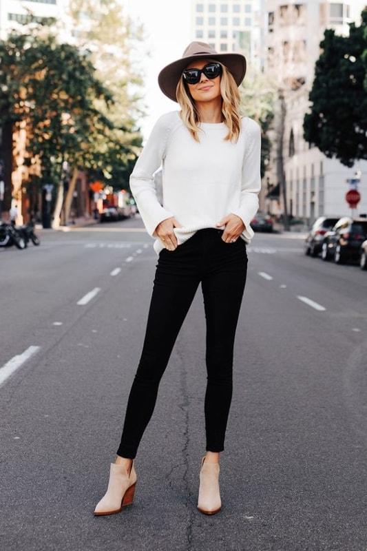 Suéter branco com calça preta e chapéu