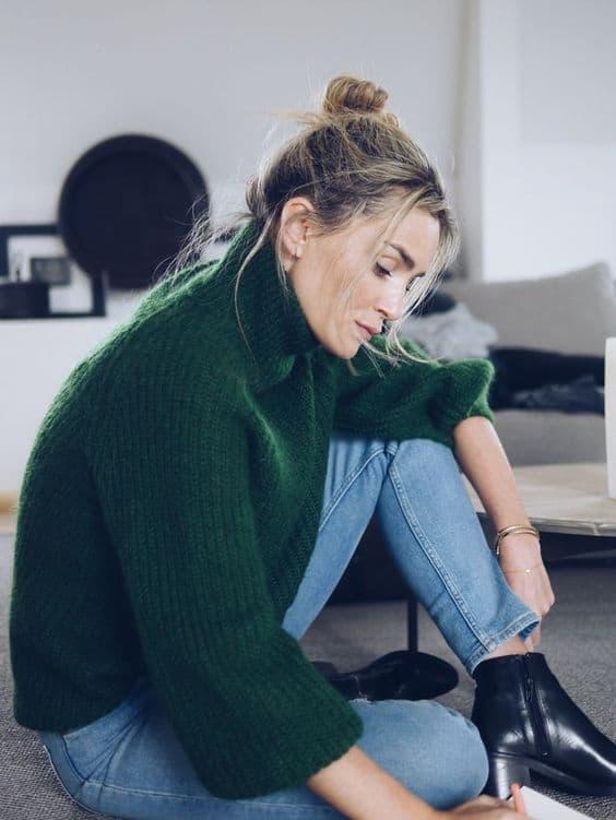 Suéter em tricô de lã verde com gola alta