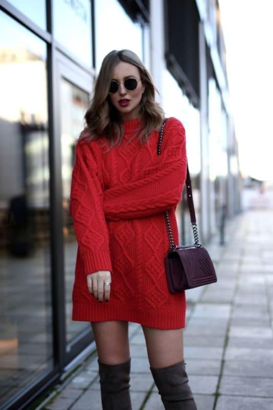 Suéter vermelho sendo usado com vestido de inverno