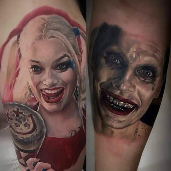 Tatuagem Arlequina e Coringa no braço