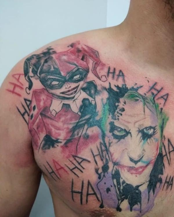 Tatuagem Arlequina e Coringa no peito