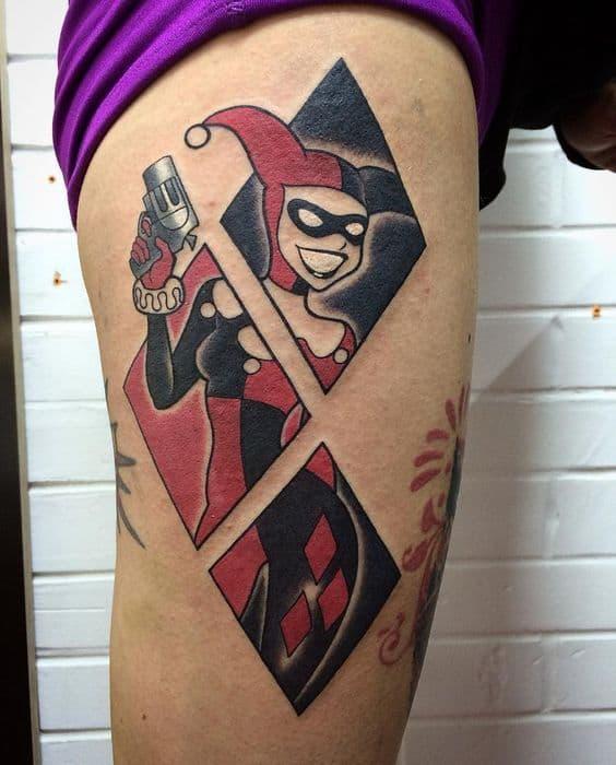 Tatuagem Arlequina grande na perna