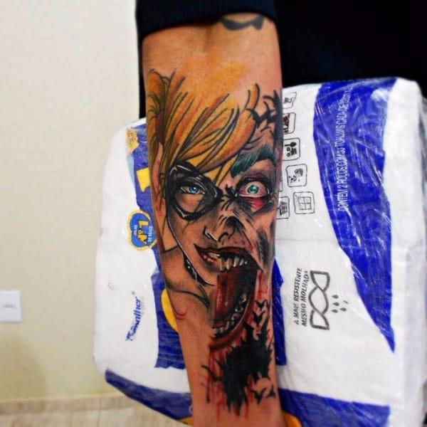 Tatuagem Arlequina no braço masculina