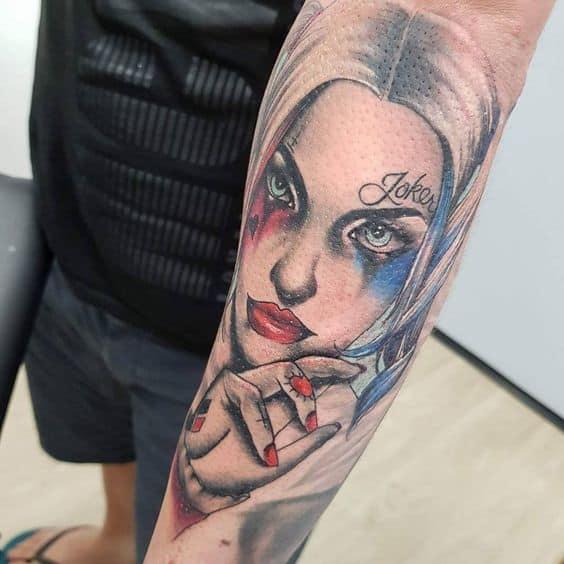 Tatuagem Arlequina no braço