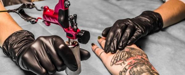 Tatuagem coçando tome os cuidados necessários