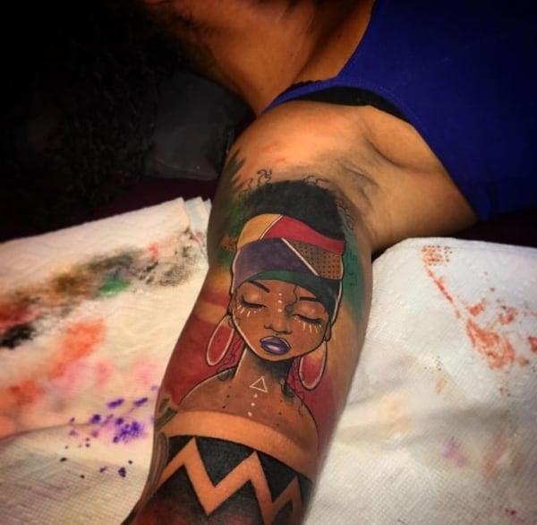 Tatuagem colorida em pele negra