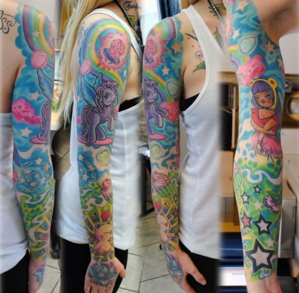 Tatuagem colorida feminina arco iris