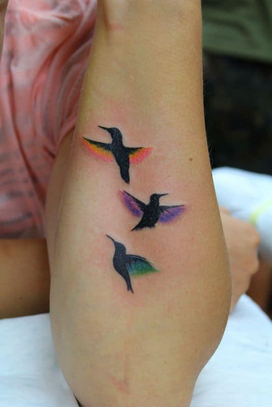 Tatuagem colorida feminina beija flor