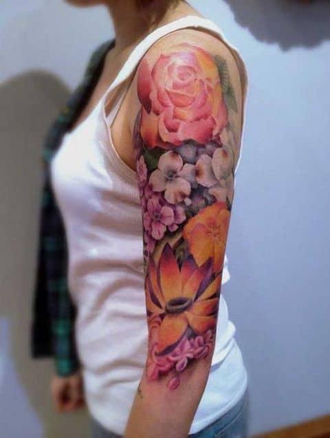 Tatuagem colorida feminina flores