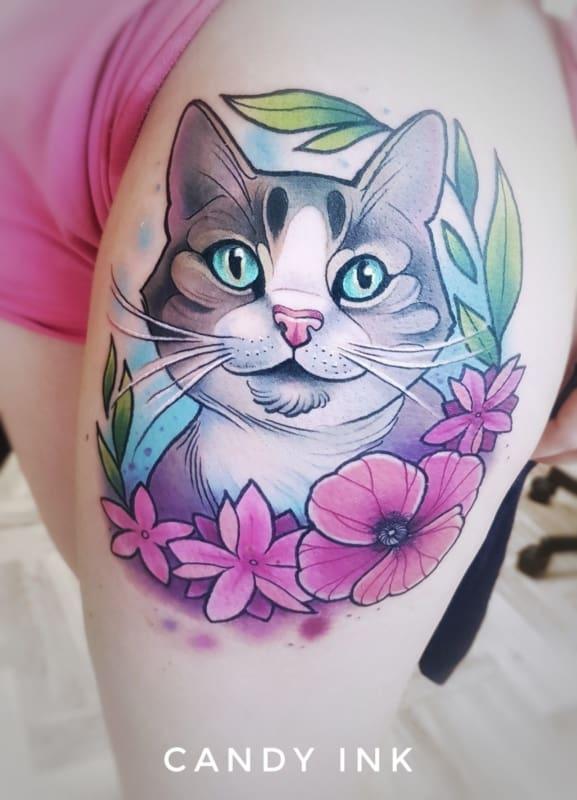 Tatuagem colorida feminina lindo gato