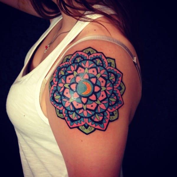 Tatuagem colorida feminina mandala