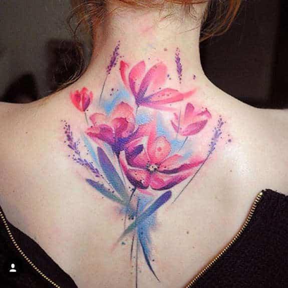 Tatuagem colorida feminina nas costas