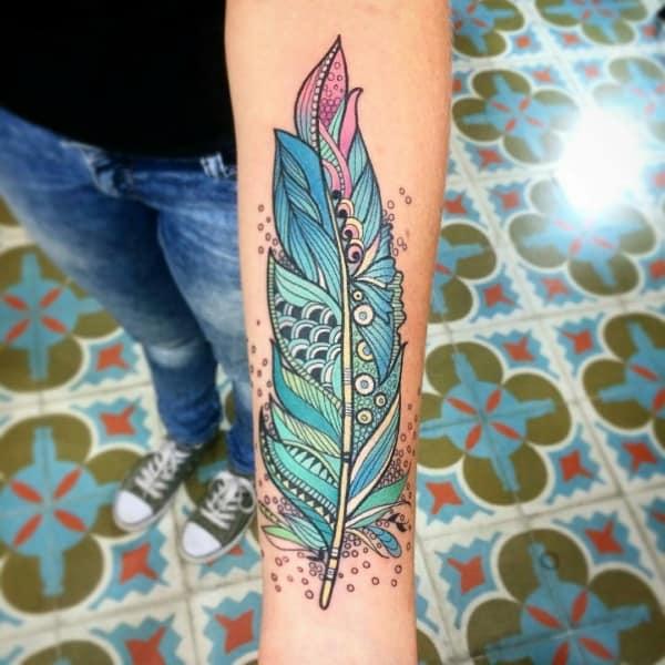 Tatuagem colorida feminina penas