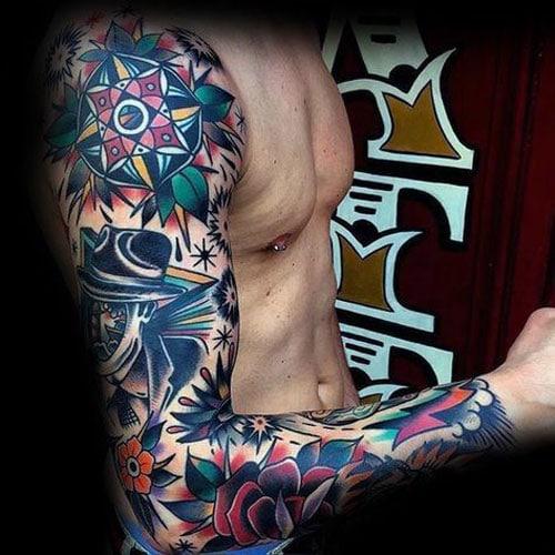 Tatuagem colorida masculina grande no braço