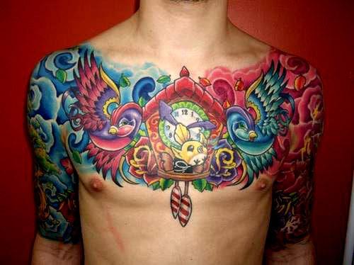 Tatuagem colorida masculina no peito
